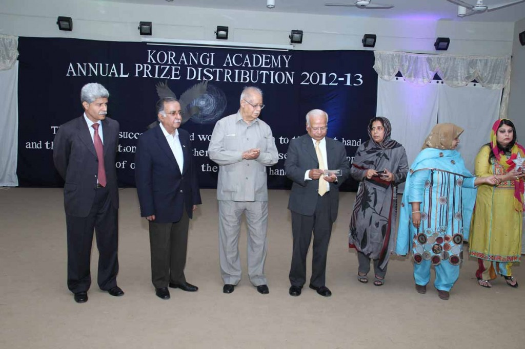 Annual Prize Distribution - A group photo with Dr. Isharat Hussain