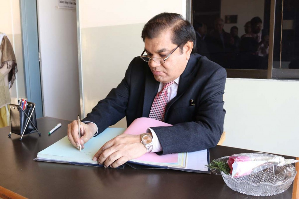 Mian Zahid Hussain signing on visitors book